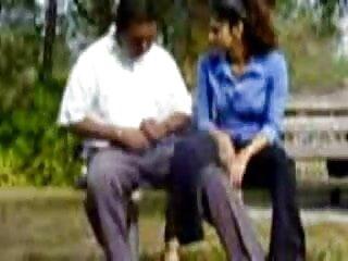 মহিলার xx video বাংলা একজন মানুষ বসা এবং মুখের মধ্যে গুলি চালানো শুরু